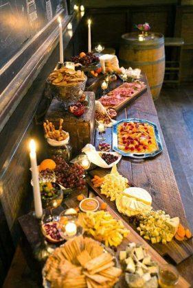 Stół wiejski - jedzenie na wesele oraz dekoracja