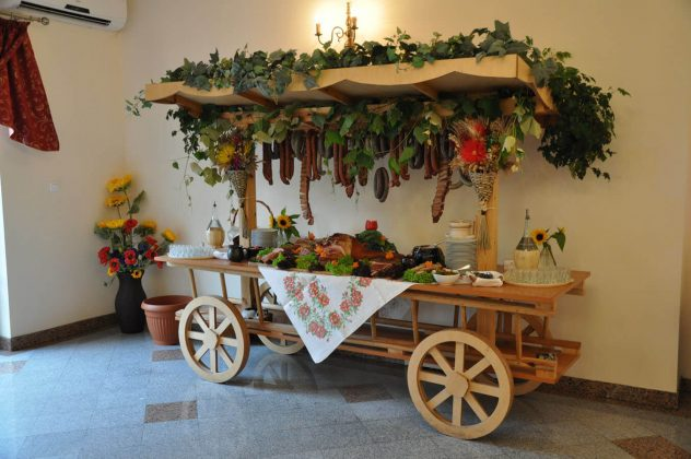 Wiejski stół na wesele