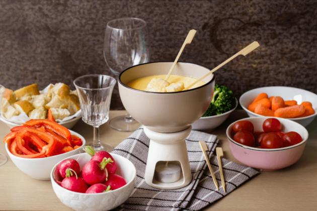 Fondue z sera Fontina z chlebem i warzywami – Fonduta con crostini e verdura