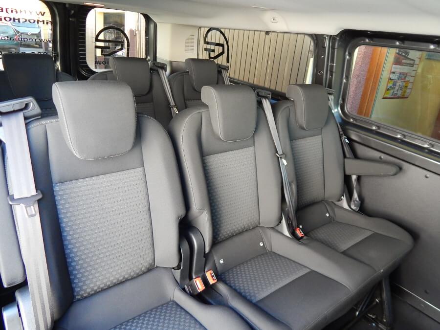 Wnętrze busa dla gości weselnych - zalety wynajmu